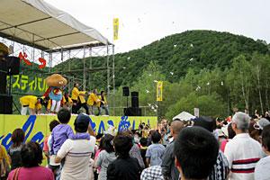 愛別町のきのこ祭りで餅を拾う観衆