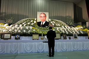 お別れの会で追悼の言葉を述べる山本進町長
