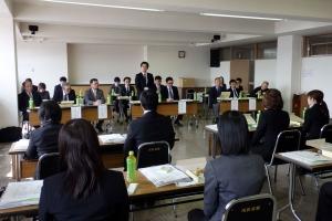 新規採用職員に組合について説明する西川委員長