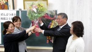 再選を決め、娘さんからの花束を受け取る前佛町長