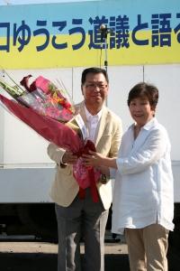 道北歌謡研究会を代表して吉岡さんから花束をいただく