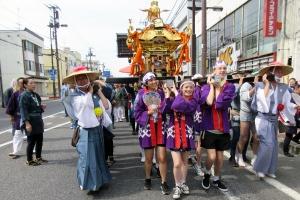 牧野市長及びオーストラリアのゴールバーン・マルワリーから来た留学生と御神輿を担ぐ