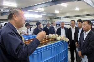 川崎一好厚岸漁協組合長からカキ種苗生産の説明を受ける