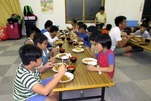 士別に到着し夕食を摂るベトナムの子供たち