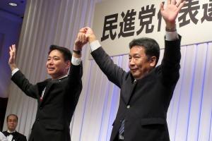 挙党一致を確認し、それぞれの支持を訴える前原氏と枝野氏