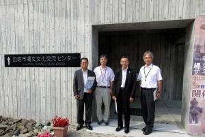 函館市縄文文化センターの前で記念撮影