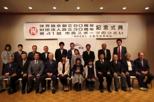 レスリングでジュニア・スポーツ奨励賞を受賞した林田心さんを囲んでの記念撮影