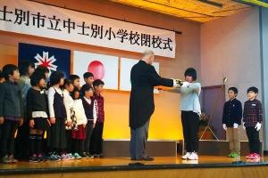中士別小学校の児童から校旗の返還を受ける牧野市長