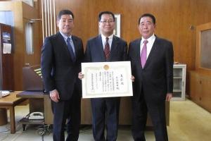 在職10年の表彰を受け大谷議長、勝部副議長と記念撮影