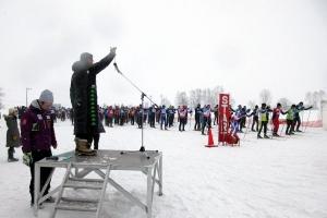 ピヒカラ樹氷歩くスキー大会でスターターを務める