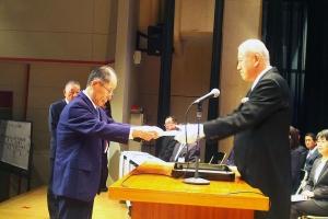 牧野総長から卒業証書を受け取る卒業生