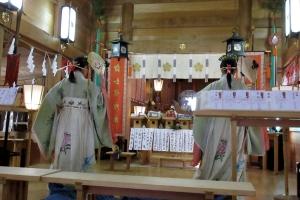 祈年祭で踊りを奉納する巫女さん