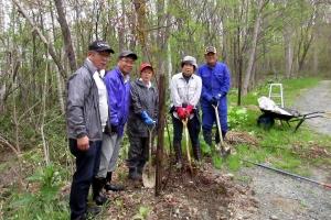 市民記念植樹祭で桜の苗木10本を植える