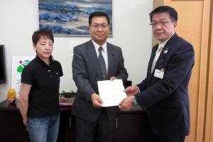 鈴木事務局長(右)とともに中峰教育長(左)へ要請