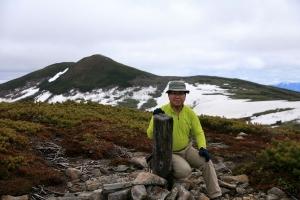 丸山山頂にて天塩岳をバックに記念写真
