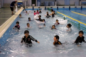 着衣水泳する団員たち