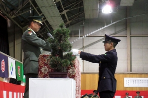 前期研修を受けた候補生に辞令書を交付する武本連隊長