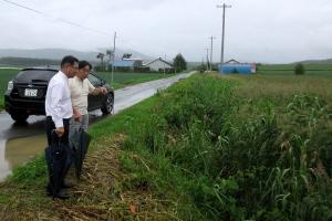今市議から道路側溝の雨水対策についての説明を受ける