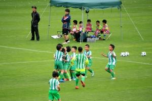 得点を入れて喜ぶベトナムチーム