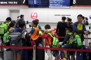 帰路のため搭乗手続きをするベトナムの子供たち
