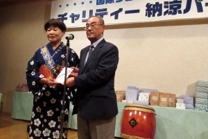 丸会長(左)から斉木社協会長(右)に益金の寄附