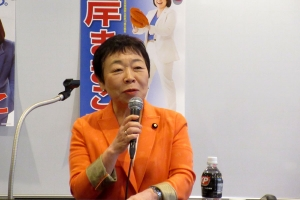 国会報告する相原久美子参議院議員