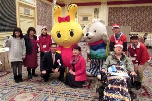 難病連のゆるキャラみみちゃん(左)とあさっぴー(右)と記念撮影