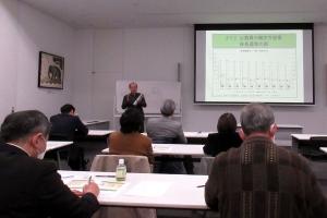 自治体の課題について講演する宮脇教授