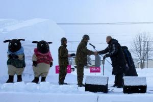 メイン雪像を牧野市長(右)に引き渡し