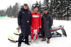 大会に出場する菊地選手と記念撮影