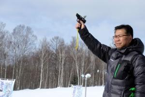 歩くスキー大会でスターターを務める