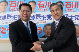 道議選の名寄市選挙区で立候補を決意した佐藤勝氏とガッチリ握手