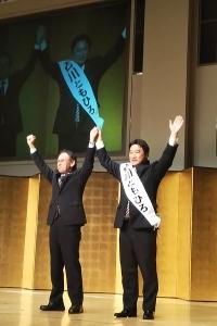 観客の声援に応える石川ともひろさんと玉城知事
