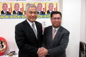 3期目を目指す川口町長とガッチリ握手