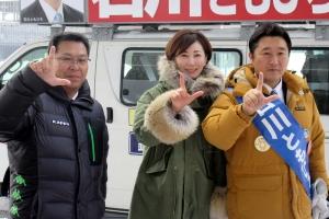 亀石倫子さん(中央)とともにL字サイン