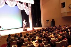 道北歌謡研究会の会員歌唱発表会であいさつ