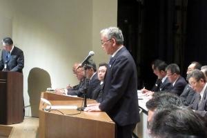 通常総代会で挨拶する西本組合長
