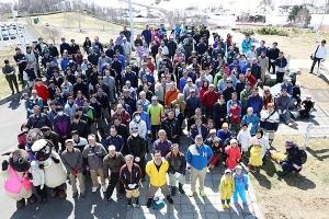 270人が集まった羊と雲の丘の牧柵整備