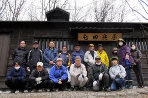 屯田兵屋の清掃作業に参加した皆さんで記念撮影