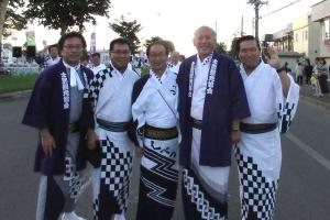 牧野市長や笹田紀代議士と市民踊りを踊る