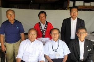 幌加内町の新そば祭りで細川町長や小川議長などと記念撮影