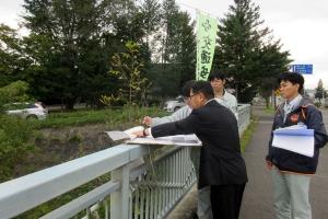 十勝振興局の職員から十勝川の改修工事の説明を受ける