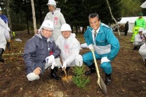 沖田道議、金岩道議と共に記念植樹を行う