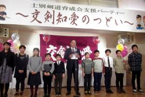 主催者挨拶する吉田代表と子どもたち