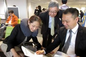 沖縄視察の事前準備をする高橋副議長(中央)と渕上道議(左)、山根道議(右)