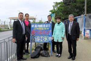 辺野古基地反対運動の拠点で記念撮影