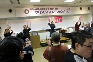 高橋涼子さんの歌で盛り上がる参加者