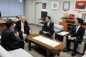 上川北部を訪問。写真は牧野士別市長と意見交換