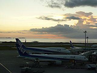 那覇空港の夕暮れ