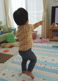 テレビを見ながらダンスする1歳8カ月